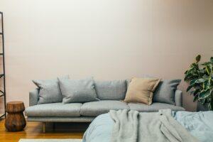 Imagem de artigo- Porque devo ter uma declaração do condomínio em como não há dívidas a pagar? de sala mobilada com sofá azul
