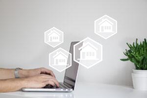 Imagem artigo Mas afinal o que é isto de trabalhar em partilha? computador com imagens de casas